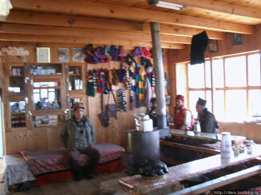 Внутри чайного дома