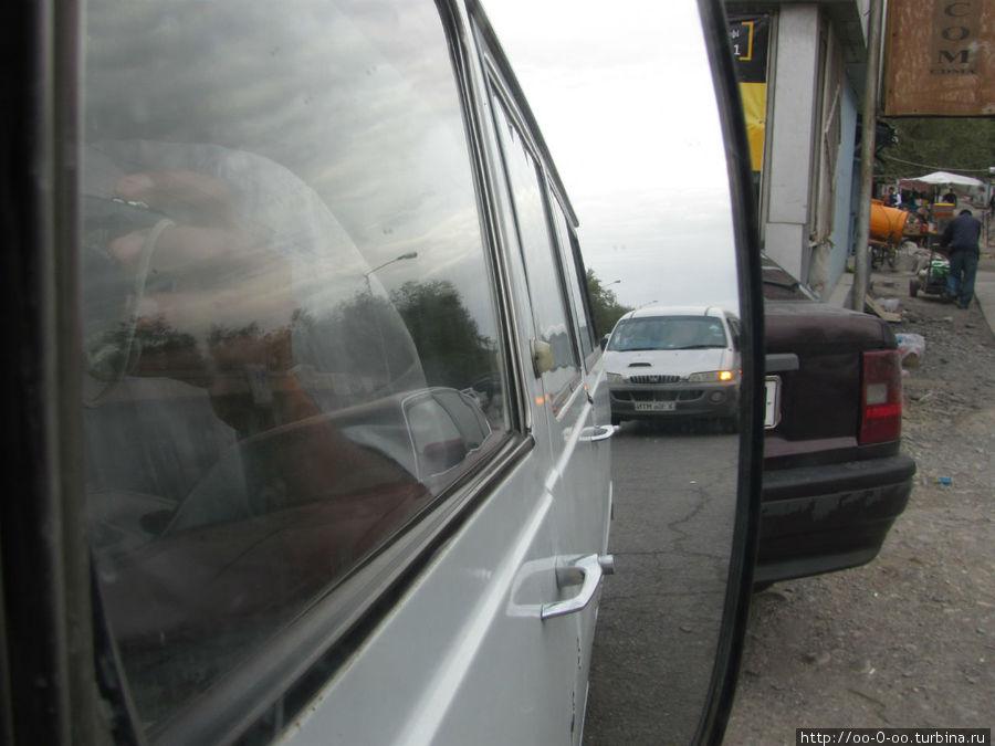 вид с переднего пассажирского сидения в зеркало заднего вида