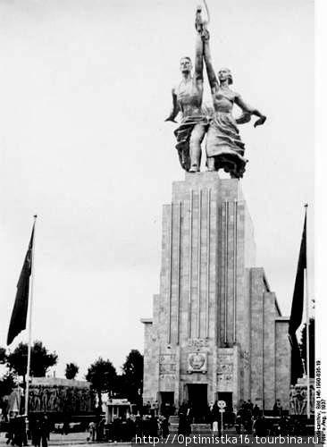 А это фотография советского павильона на всемирной выставке в Париже в 1937 году.