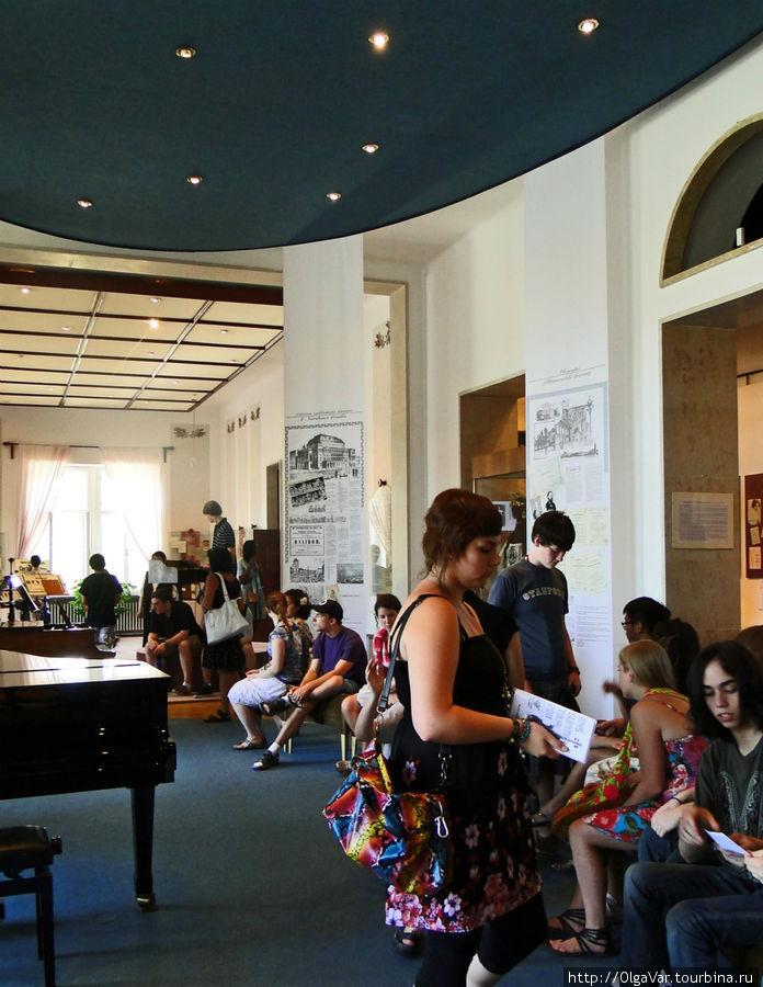 Зал постепенно заполнялся туристами...