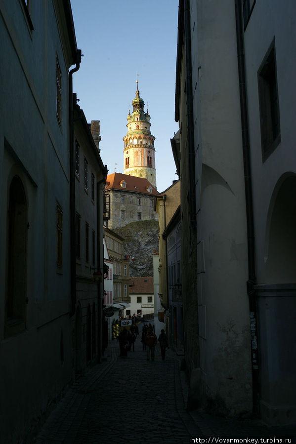 Улица Radnicni, слева внизу вывеска: отель и ресторация