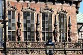 Справа от эркера — фигуры Богемского, Пфальцкого, Саксонского и Брандербургского курфюрстов