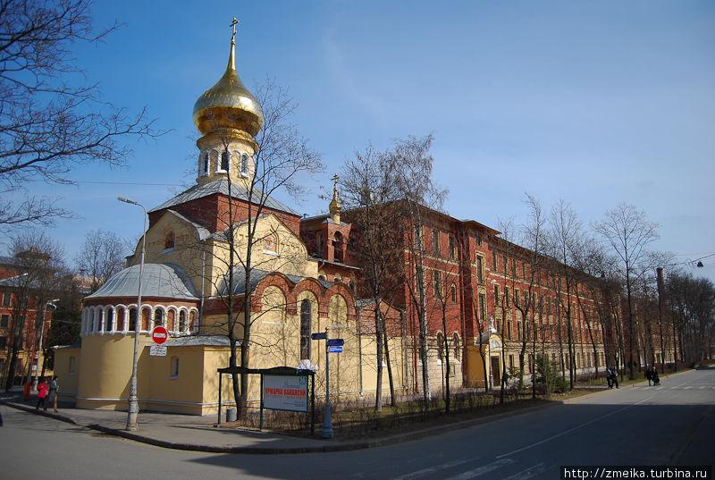 Едва вы выйдете из метро, как увидите золотой купол Покровской церкви. Из занятий по культурологии помню, что она построена в русском стиле :)