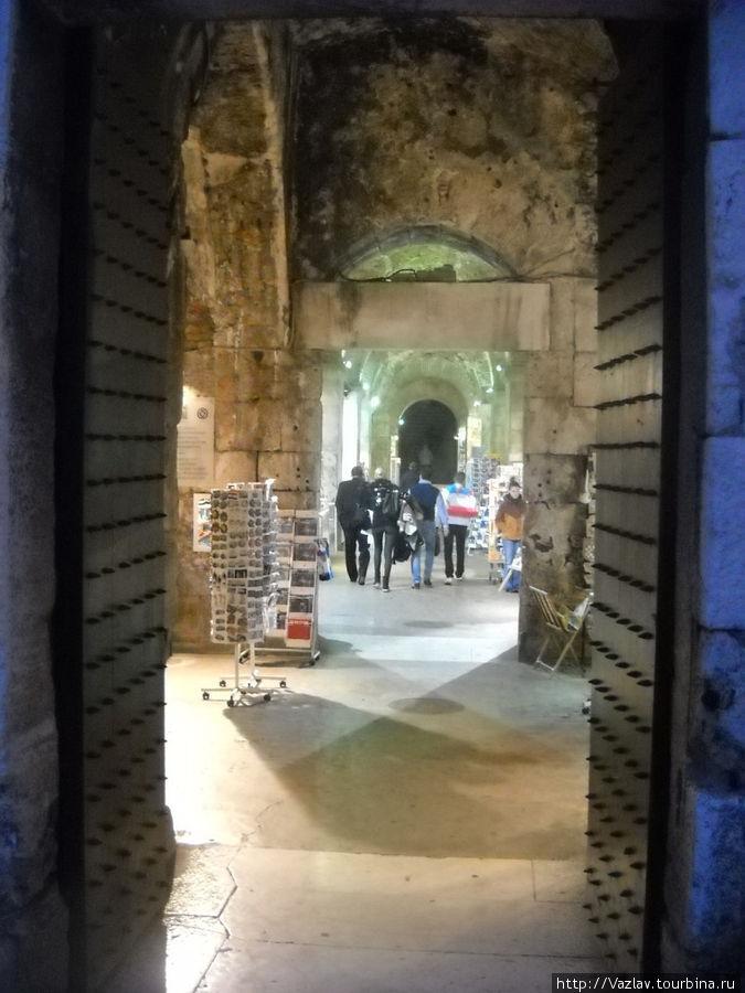 Так выглядят сувенирные магазины в подземельях дворца Диоклетиана