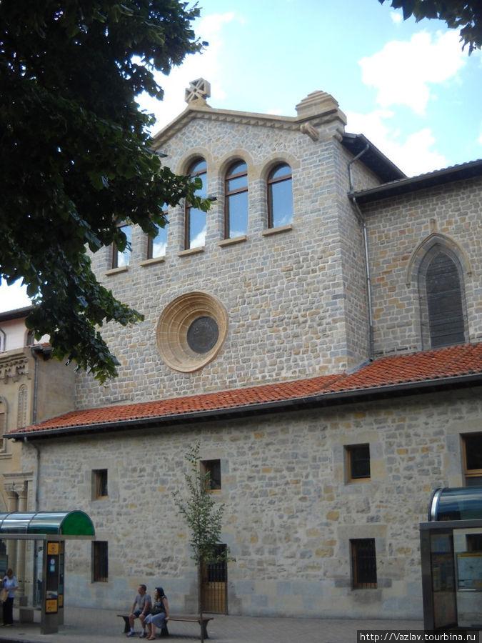 Боковой фасад здания