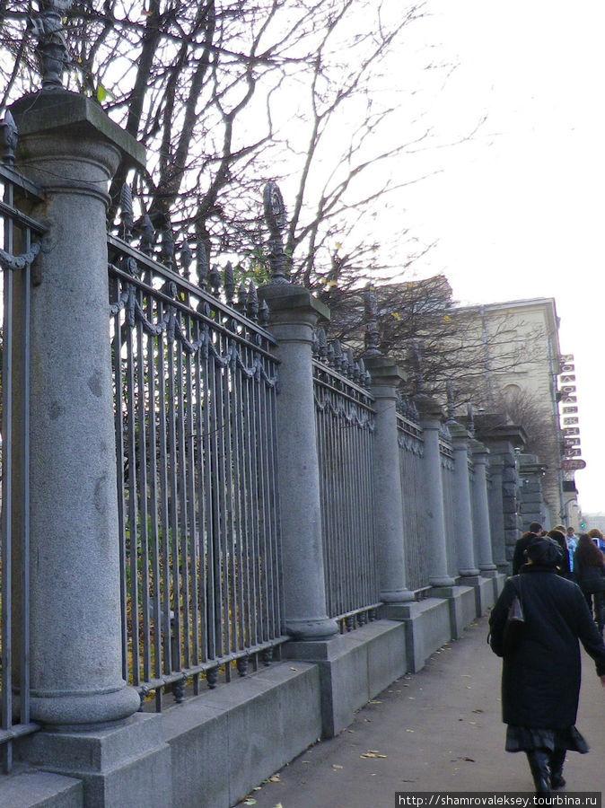 за красивой оградой...
