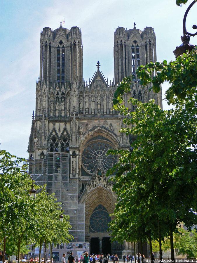 Для нас Реймский собор, можно сказать, особое место. Дело в том, что все французские короли приносили присягу на библии, принадлежавшей королеве Анне – дочери Ярослава Мудрого, которая вышла замуж за Генриха I в XI веке.