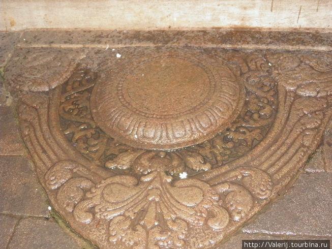 А это, тоже Лунный камень, но не по ювелирному предназначению, а по смыслу, заложенному в фигурки, на нем изображенные.(Канди, Храм Священного Зуба Будды)