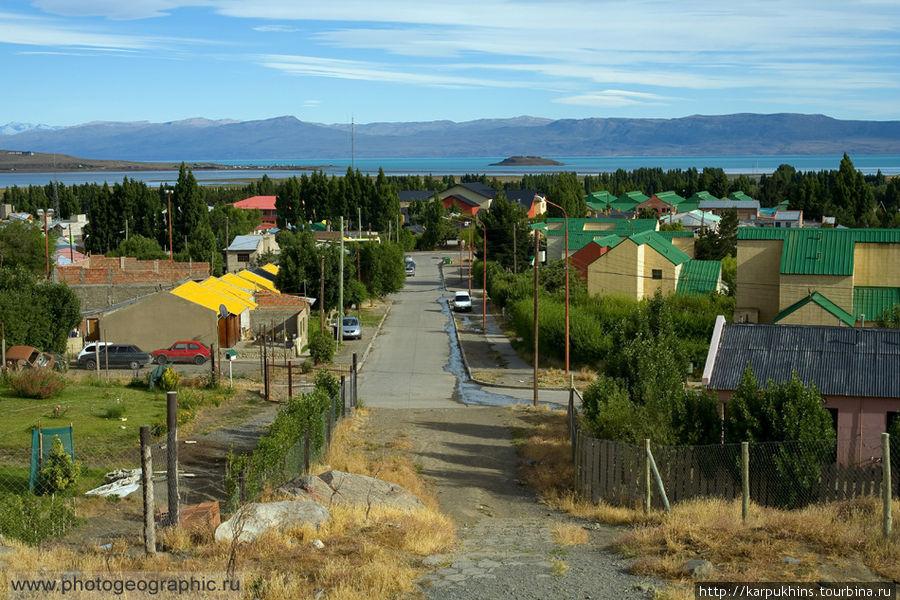 А эта улочка рядом с нашим хостелом, по которой мы спускались к центру города. На дальнем плане одно из самых крупных в Аргентине озер — Lago Argentino.