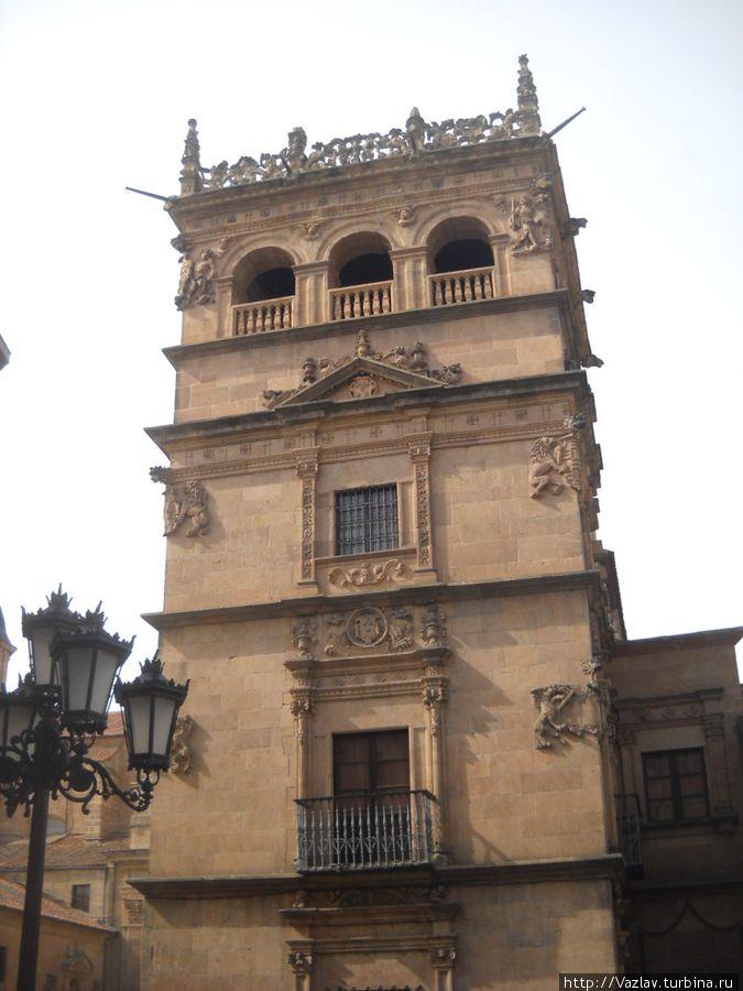 Одна из башен дворца