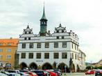 Основные памятники сосредоточены на площади Мира. Ваше внимание обязательно привлечет старое здание ратуши, построенной в 1557 году,  в нём сейчас размещается музей