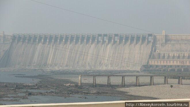 Огромная плотина на озере в середине Индии