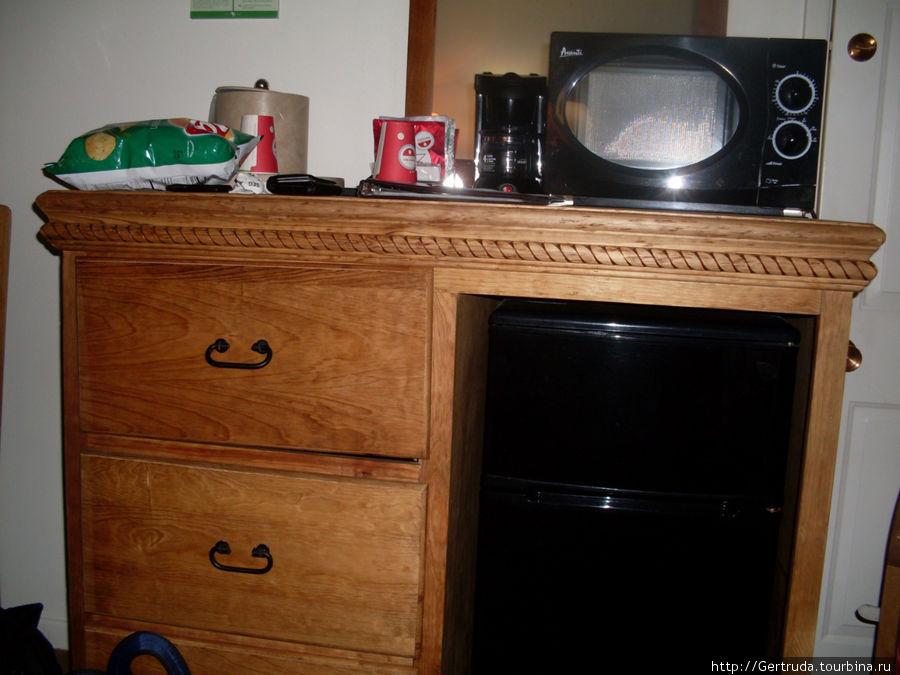 Мини холодильник, миковолновка и кофеварка.