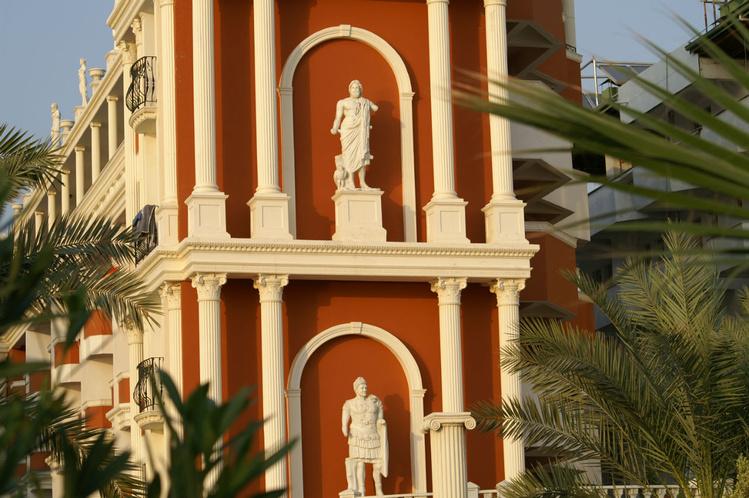 Античные фигуры отеля в А