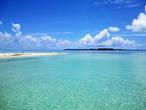 Коралловый риф охраняет лагуну от больших волн. Сама лагуна не глубокая, в большинстве мест стоять можно, а риф как подводная стена или вал ограждает лагуну. Над ним волны ломаются и не доходят до берега. Правда, при последнем циклоне волны были высотой до семи метров, тут ничего не помогло, один из отелей и причал были разрушены. Причал восстановлен, а вот с отелем что-то не клеится.
