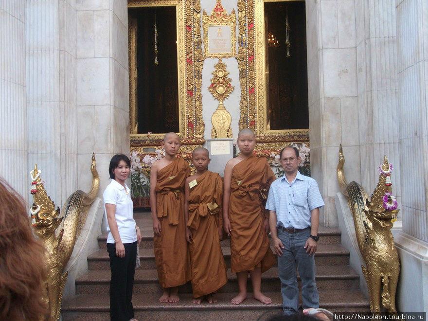 Юные монаси Ват Бовон Нивет Вихан (Wat Bowonniwet Vihara), Бангкок, Таиланд