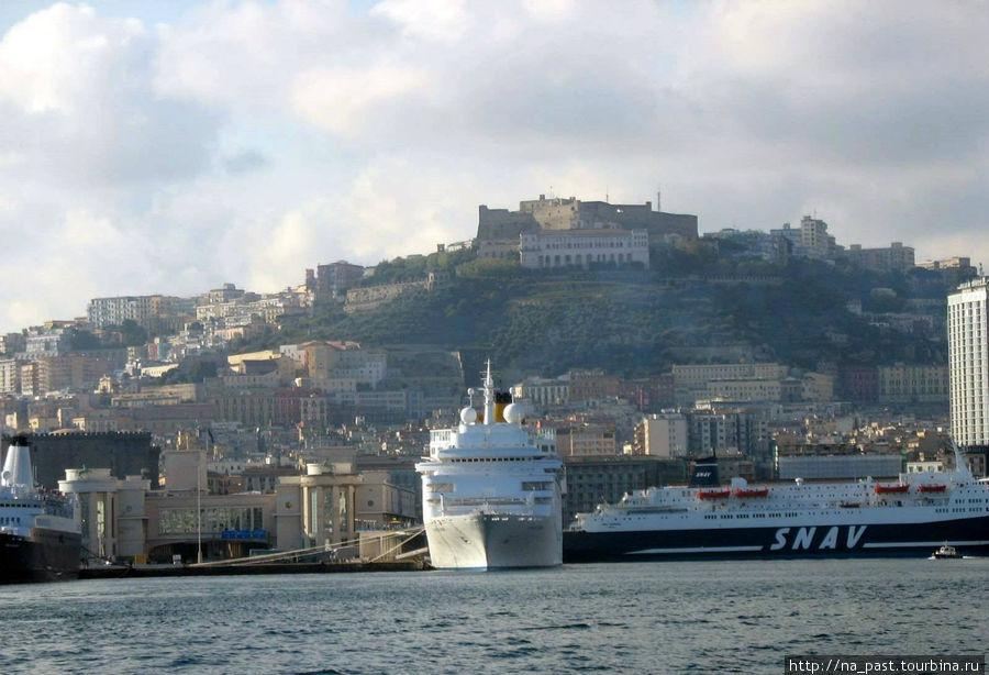 Неаполь, вид порта и города со стороны моря. На холме - замок Св. Эльма