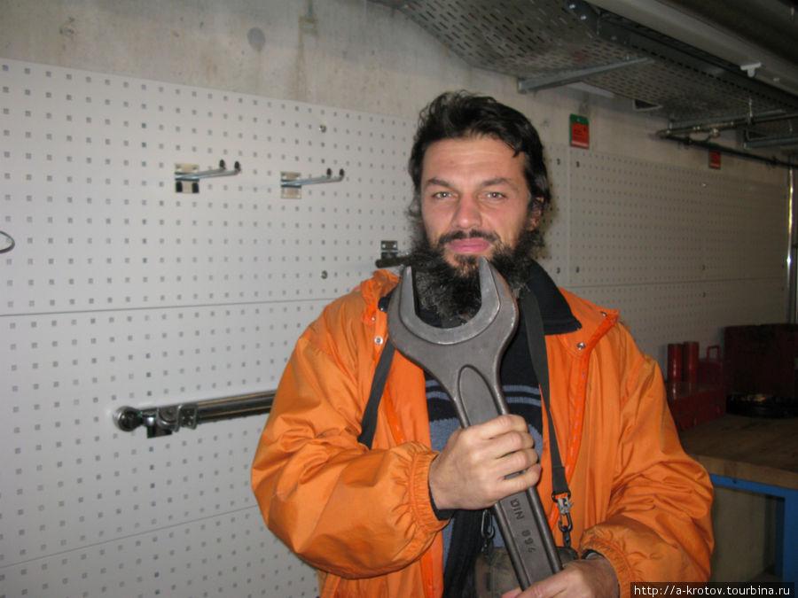 Самый большой гаечный ключ в мире фото