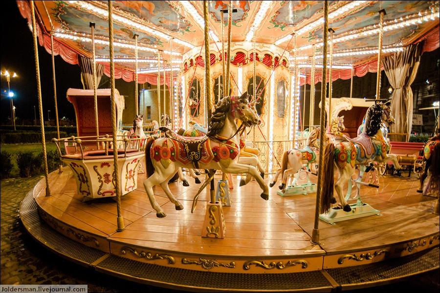 Открытка, картинка карусель с лошадками